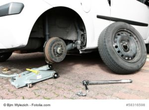 Radwechsel mit Hilfe eines Rangierwagenheber